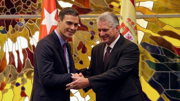 Pedro Sánchez y Miguel Díaz-Canel se estrechan la mano tras la firma del memorandum para la celebración de reuniones en las que se abordarán, entre otras cosas, los derechos humanos. (EFE/Juanjo Martín)