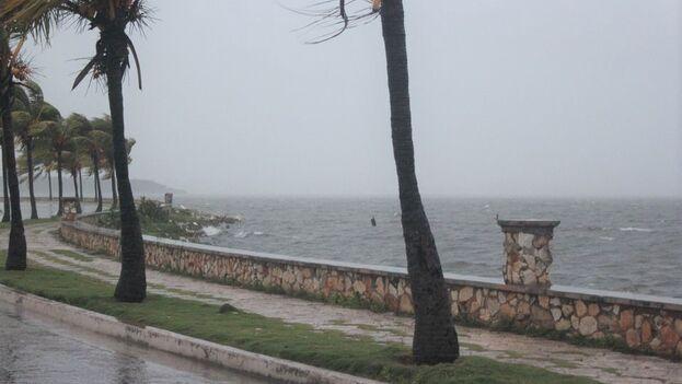 Eta penetró alrededor de las 4:30 am por la costa sur de Cuba en el límite entre las provincias de Sancti Spíritus y Ciego de Ávila. (Telecubanacán/Facebook)