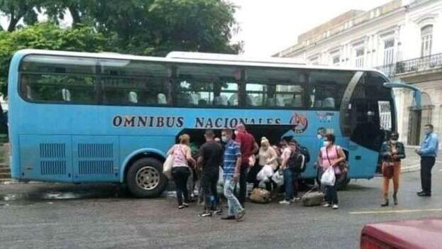 Sanitarios de la Brigada Henry Reeve este martes, a su llegada a la provincia de Matanzas, epicentro del covid en Cuba. (TV Yumurí)