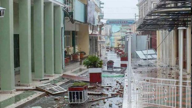 El boulevard de la ciudad de Santa Clara ha sufrido importantes afectaciones por el paso del huracán Irma. (Guillermo Fariñas/Twitter)