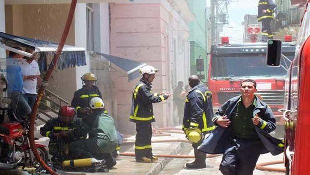 Los bomberos de Santa Clara sofocan el incendio que dejó sin cobertura celular al centro de Cuba. (CMHW)