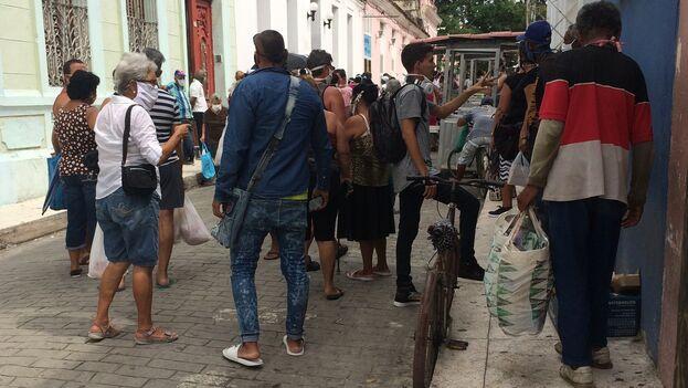 """En Santa Clara, las colas son ahora más largas de lo habitual. A ello han contribuido los """"coleros"""" que comprar para revender en el mercado informal. (Laura Rodríguez)"""