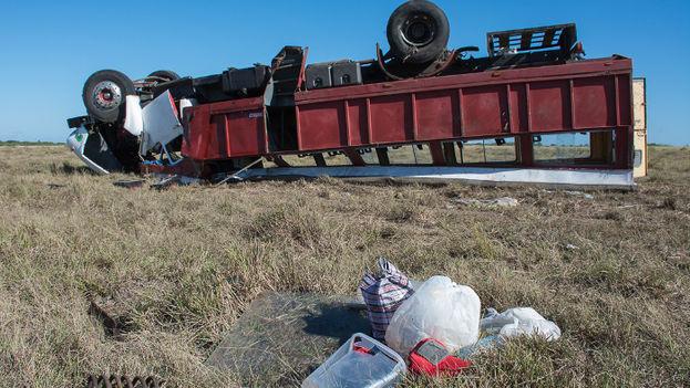 En el accidente masivo de este viernes, en Santa Cruz del Sur, estuvo involucrado un camión Ford usado para el traslado de pasajeros. (Adelante)