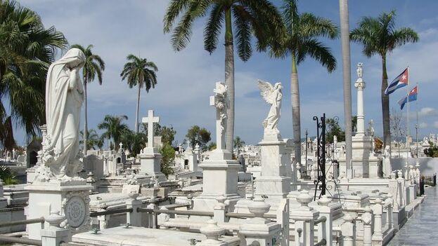 """En Santa Ifigenia, monumento nacional desde 1979, se """"entierran más cadáveres de los que se exhuman"""". (Juventud Rebelde)"""