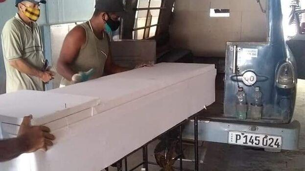 Un ataúd es trasladado a un cementerio en Santiago de Cuba (Agosto de 2021). (Jorge Carlos Estévez García/Facebook)