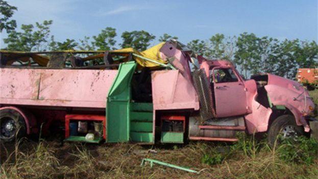 El camión volcó entre las ciudades orientales de Santiago de Cuba y Palma Soriano. (lagrannoticia.com)