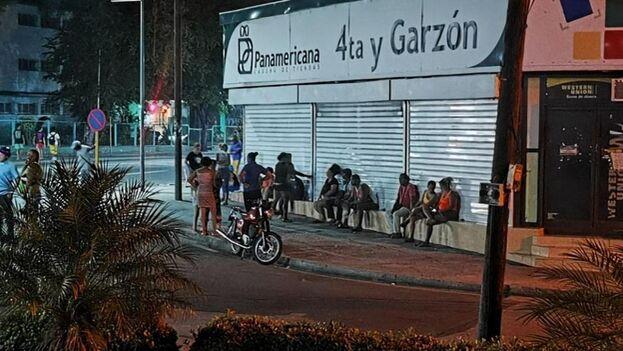 Santiagueros haciendo una cola en la tienda Panamericana 4ta y Garzón de la ciudad de Santiago de Cuba. (Facebook)