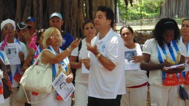 El escritor Ángel Santiesteban junto a las Damas de Blanco en el Parque Gandhi a la salida de la iglesia de Santa Rita (Foto Luis Lázaro Guanche)