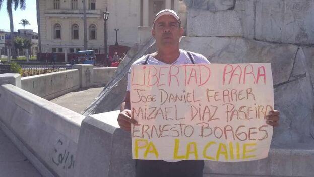 Santos Caballero fue detenido portando un cartel en el que exigía las liberaciones de Ferrer, Mitzael Díaz Paseiro y Ernesto Borges.