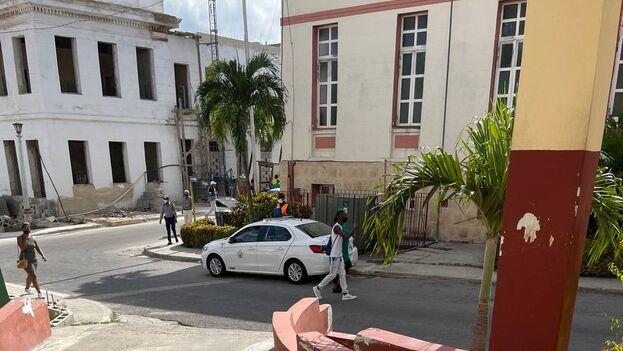 Los miembros de la Seguridad del Estado patrullan el centro hospitalario donde está ingresado Luis Manuel Otero Alcántara. (14ymedio)