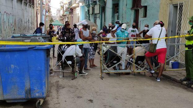 Los vecinos de Los Sitios trataban este sábado de abastecerse de productos básicos antes de quedar cercados por cuarentena. (14ymedio)
