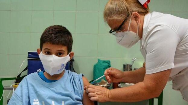 """La aprobación de Soberana 02 para menores, dice el Cecmed, """"está sustentada sobre la base de los resultados de los ensayos clínicos realizados"""". (Granma)"""