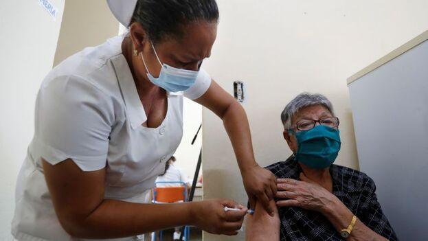 Soberana 02 es una vacuna conjugada de subunidad que combina el antígeno del virus y el toxoide tetánico para estimular la respuesta del sistema inmune. (EFE/Yánder Zamora/Archivo)