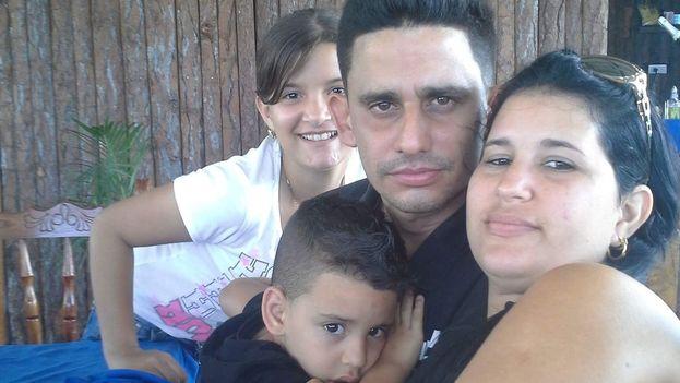 Solainy Salazar junto a su esposo José Yans Pérez Jomarrón y sus dos hijos. (Cortesía)