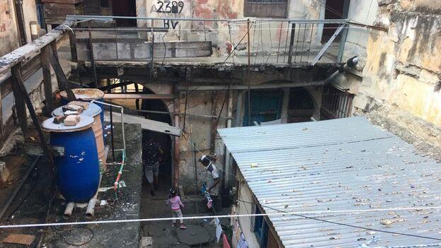En la calle Cuarteles 4, en La Habana Vieja, viven 22 familias en alojamientos inhabitables. (14ymedio)