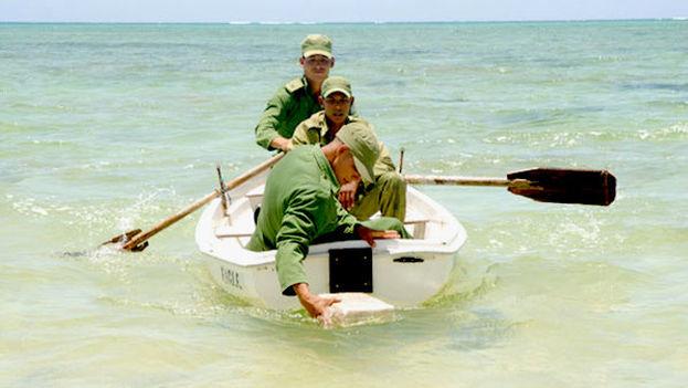 Soldados de las tropas guardafronteras recogen paquetes con drogas en las costas cubanas. (Granma)