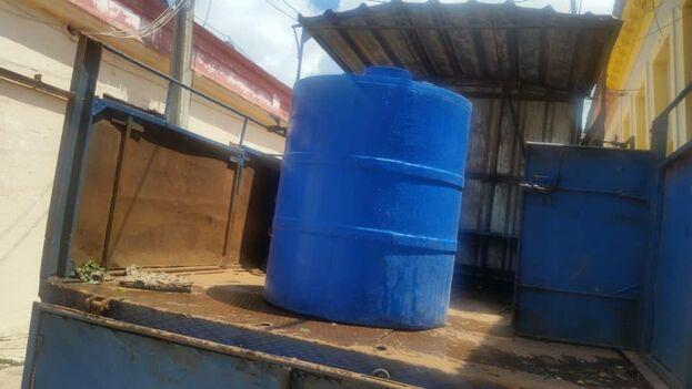 """""""Solo se está priorizando la entrega de agua, en pipas, a las familias que tienen enfermos encamados"""". (14ymedio)"""