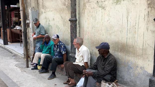 Ante el aumento de la población anciana en la Isla y la deficiente asistencia publica para atenderla, las Iglesias realizan buena parte de las tareas de apoyo a los mayores más necesitados. (14ymedio)