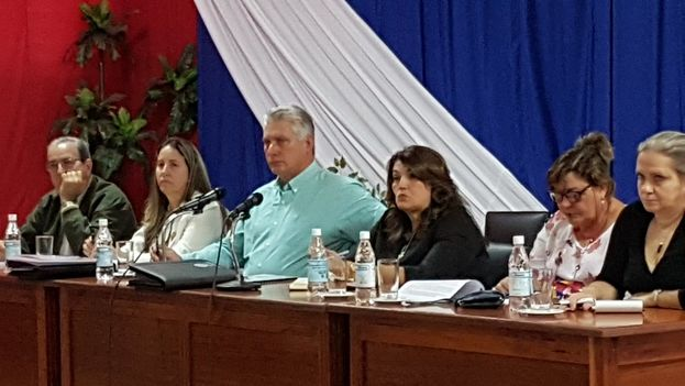 Durante la visita a Sancti Spíritus Miguel Díaz-Canel compartió con profesores y estudiantes de la universidad, según comentó en su cuenta de Twitter. (@DiazCanelB)