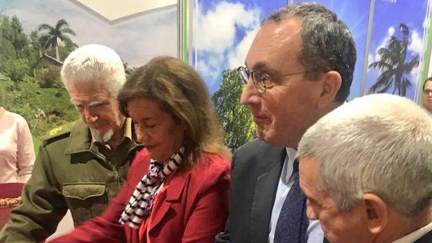 Stefano Manservisi, con el Ministro d Energía y Minas, Alfredo López Valdes, en la feria de energía sostenible de La Habana. (@stefanomanservi)