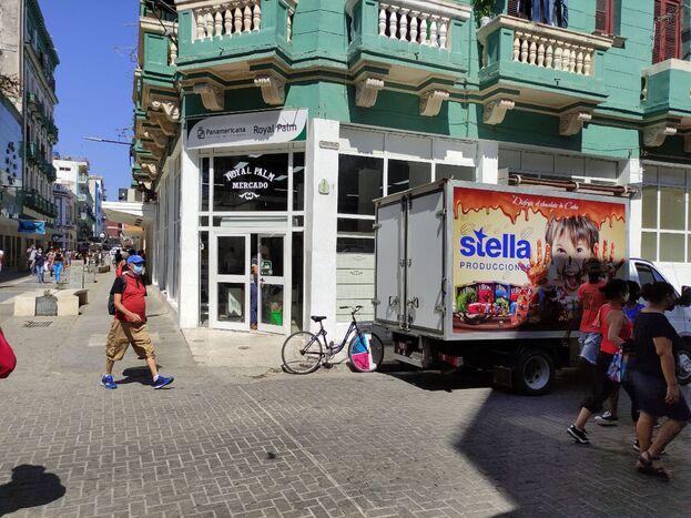 Un camión de la empresa Stella llevó mercancías este lunes a la tienda Panamericana Royal Palm, en el Boulevard de la calle San Rafael. (14ymedio)