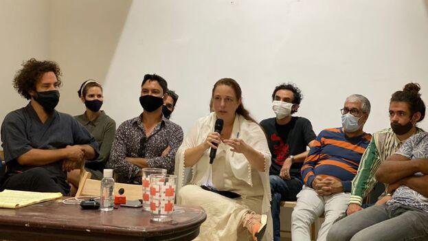 Tania Bruguera, en la sede del Instar, acompañada de otros artistas que estuvieron presentes en la reunión del 27 de noviembre con el viceministro Fernando Rojas. (14ymedio)