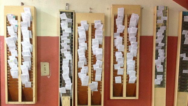 Tarjetas de los trabajadores en un policlínico de La Habana. (14ymedio)