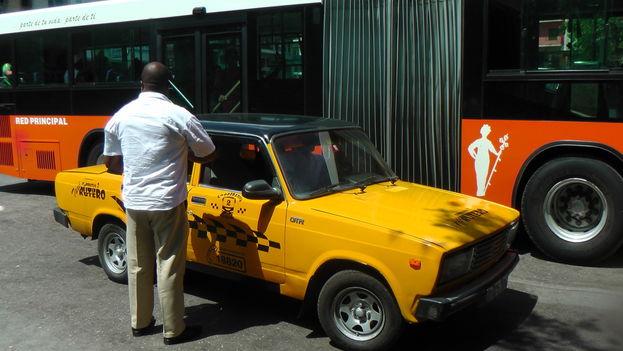 Taxis y ómnibus ruteros gestionados por cooperativas que intentan competir con el sector privado y obligarlo a bajar los precios. (3)