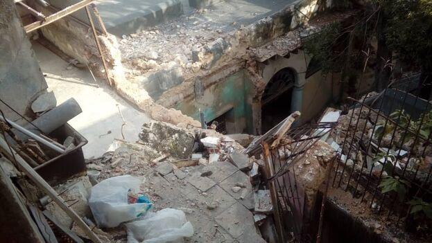 Los vecinos de la calle Teniente Rey 355, entre Aguacate y Villegas, La Habana Vieja, siguen sin creer que se desplomó parte de su edificio. (14ymedio)