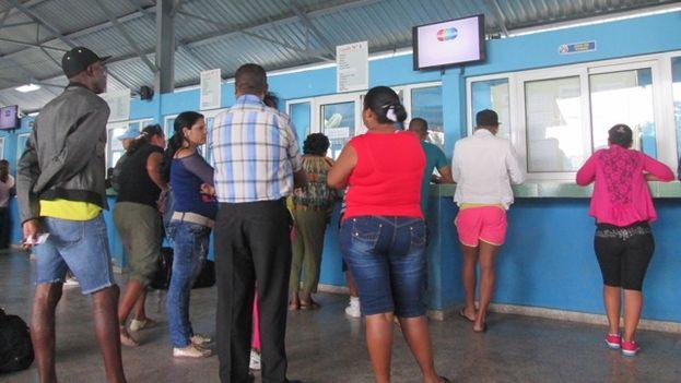 """Terminal de """"última hora"""" en La habana para la compra de boletos de ómnibus interprovinciales y trenes. (14ymedio)"""