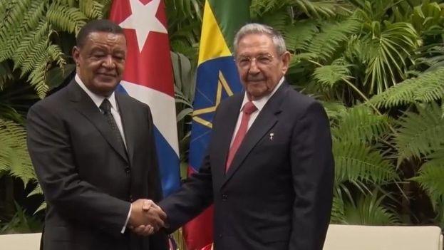 Mulatu Teshome Wirtu, presidente de Etiopía, junto a Raúl Castro durante el encuentro que mantuvieron este martes en el Palacio de la Revolución. (@Cuba_MINREX)