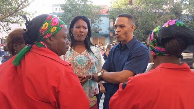 Alain Toledano en las afueras de las oficinas del Comité Provincial del Partido Comunista en Santiago de Cuba. (Facebook)