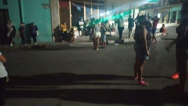 El pasado fin de semana, de madrugada, frente a la tienda Maisí de la calle Infanta, decenas de personas aguardaban para lograr los primeros puestos. (14ymedio)