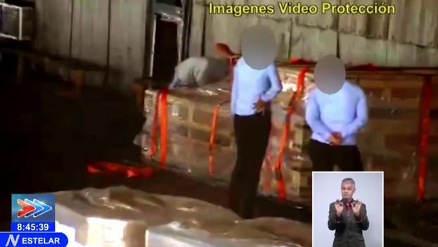 Trabajadores de Aerovaradero que, según la Televisión Nacional, sustraían mercancías. (Captura)