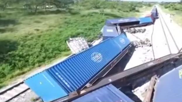 Tren de carga procedente de la Zona de Desarrollo de Mariel desacarrilado en mayo de 2019. (Captura)