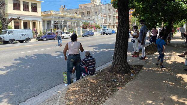 Tribunal Municipal de Plaza de la Revolución, donde se están concentrando los juicios a los infractores de las medidas, frente al cual esperaban decenas de familiares este viernes. (14ymedio)
