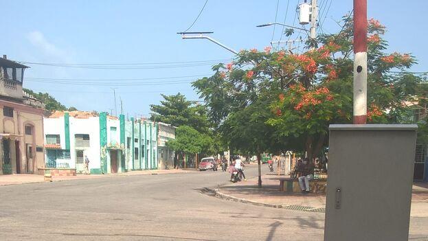 Vista de la intersección de Trocha y Cristina, en Santiago de Cuba, donde se ve que aún no han reinstalado los semáforos. (Alberto Hernández)