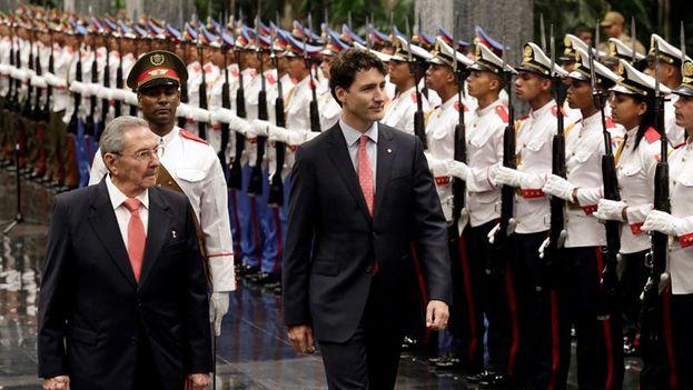 Justin Trudeau, primer ministro de Canadá, en el Palacio de la Revolución con Raúl Castro. (EFE/Enrique de la Osa)