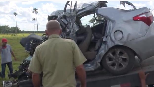 El carro de alquiler, que conducía la víctima con destino a Las Tunas y procedente de La Habana, chocó contra una rastra y quedó destrozado en su parte delantera. (Captura)