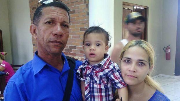 El activista de Unpacu, Ovidio Martín Castellanos junto a su familia. (Cortesía)