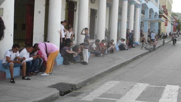 Usuarios en la actual zona wifi de Holguín. (Fernando Donate Ochoa)