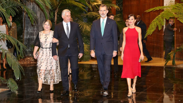 Felipe VI y Letizia Ortiz junto a Lis Cuesta y Miguel Díaz-Canel en la cena celebrada en la sede del Consejo de Estado.