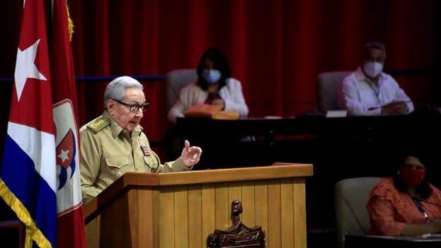 """Al leer el informe central al VIII Congreso Raúl Castro dijo que tiene la satisfacción de """"entregar la dirección del país a un grupo de dirigentes preparados"""". (ACN)"""