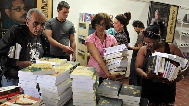 Varias personas compran libros durante la Feria del Libro de La Habana. (EFE)