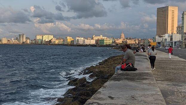 Varias personas sentadas en el Malecón de La Habana la tarde de este miércoles 29 de septiembre de 2021. (14ymedio)