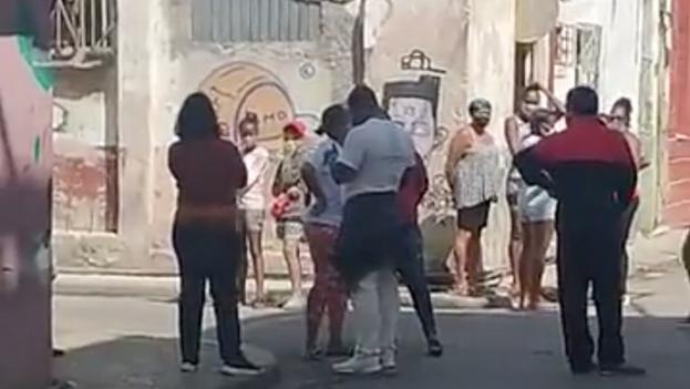 Varios niños en una esquina de la calle Damas no podían acceder a la sede del MSI debido al cerco policial y a que agentes de la Seguridad del Estado les impedían el paso. (Captura)