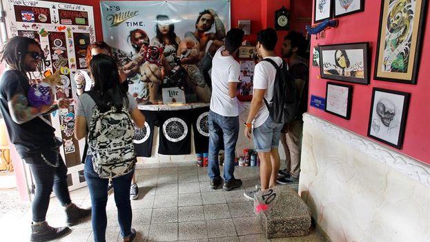 """Varios jóvenes participan en la muestra 'Grl Pwr', una manera diferente y """"muy propia"""" de celebrar el Día de la Mujer en Cuba. (EFE/Ernesto Mastrascusa)"""
