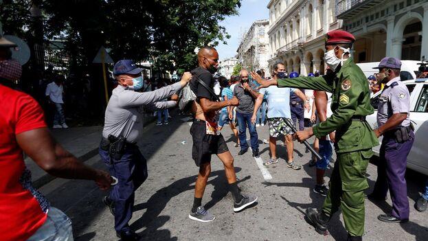 Varios policías arrestan a un hombre mientras se manifestaba en La Habana, el pasado 11 de julio. (EFE/Ernesto Mastrascusa)