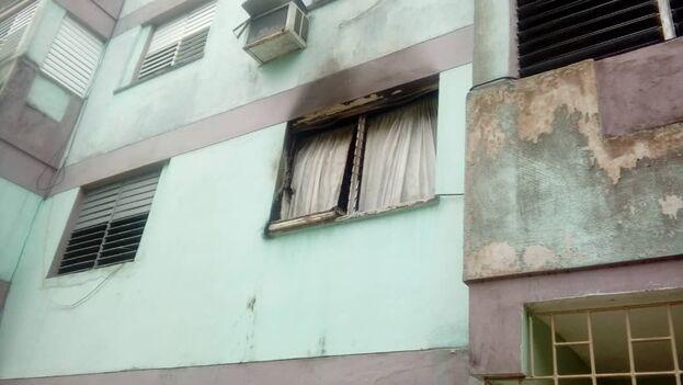 """Varios vecinos se armaron con """"palos, machetes y piedras"""" y se prepararon para enfrentar a Félix, pero el hombre corrió a prenderle fuego a su casa y subió hasta el quinto piso. (14ymedio)"""