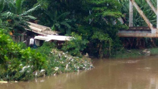Vecinos del arroyo Inglés, en Cienfuegos, se vieron afectados con la crecida repentina del río. (14ymedio)